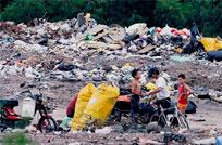 Niños hurgan en la basura del vertedero de Río Negro